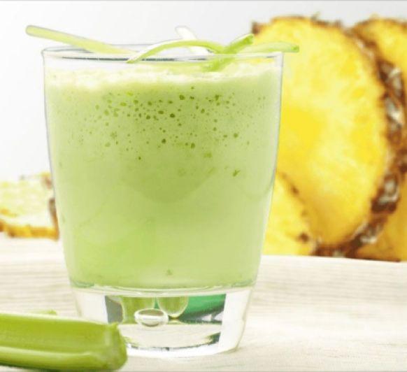 Zumo desintoxicante de piña, apio y limón
