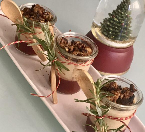 Tarritos de mousse de foie con coulis de frutos rojos y granola