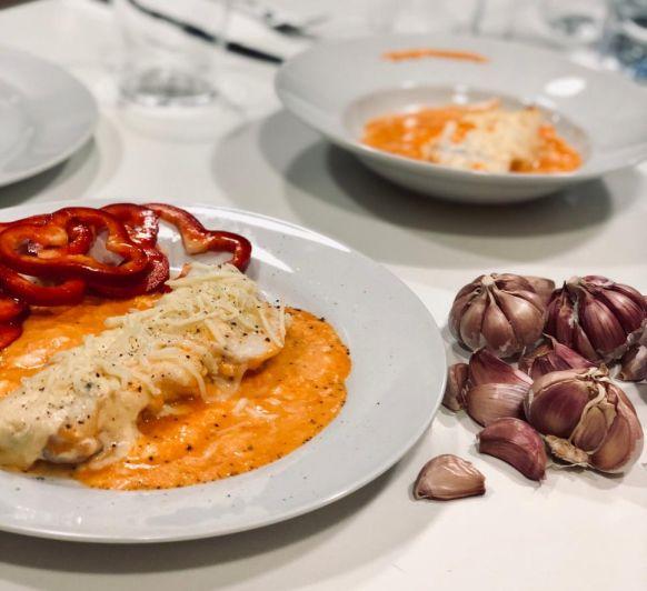 Bacalao con bechamel y salsa de pimientos