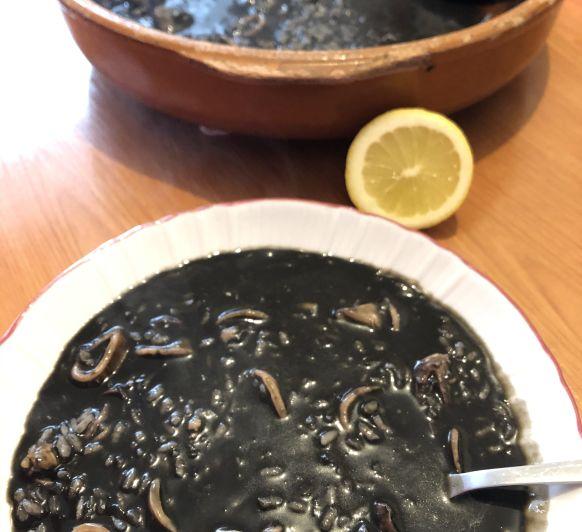Arroz negro de calamares especial.