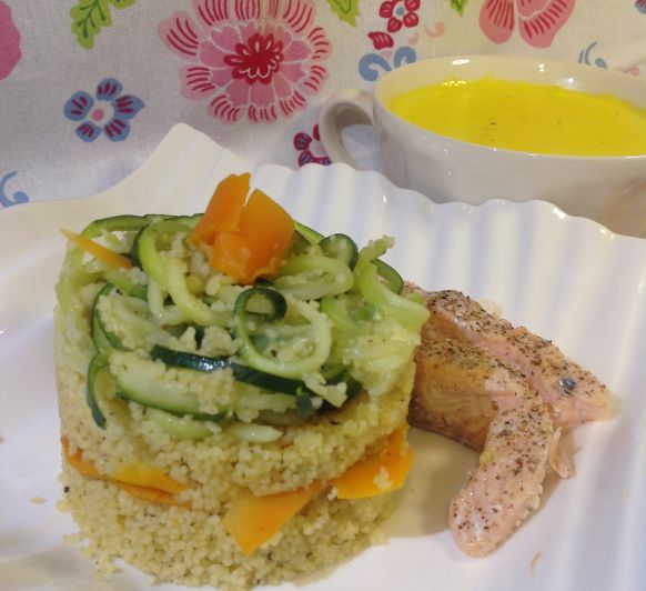 Salmón con cuscús, verduras y salsa de cúrcuma