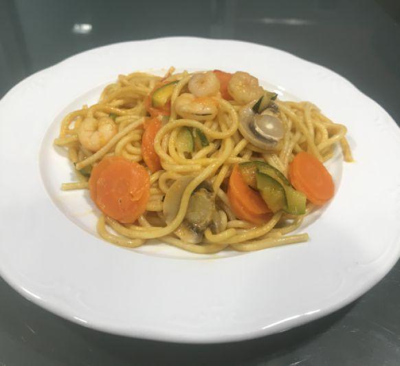 Espaguetis con verduras y gambas al curry