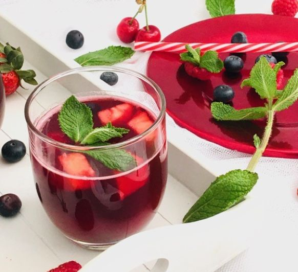 Té frío de hibisco y piña natural, con frutos rojos